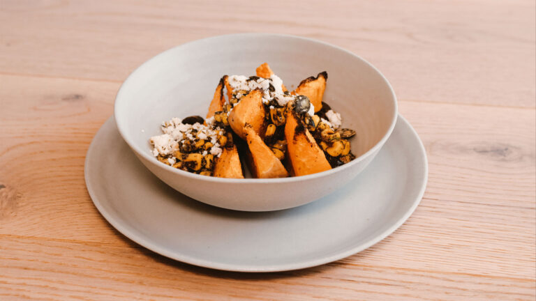 Butternusskürbis mit Kürbiskern-Mais Salsa & Feta